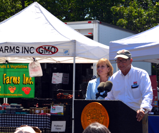 Photo of Secretary Fisher and Acting Governor Kim Guadagno at the Rugers Gardens Farmers Market