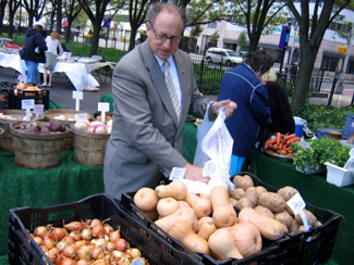 Photo of Secretary Fisher shopping at the market