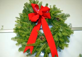 Photo of a live wreath donated by Hidden Pond Tree Farm, Mendham - Click to enlarge